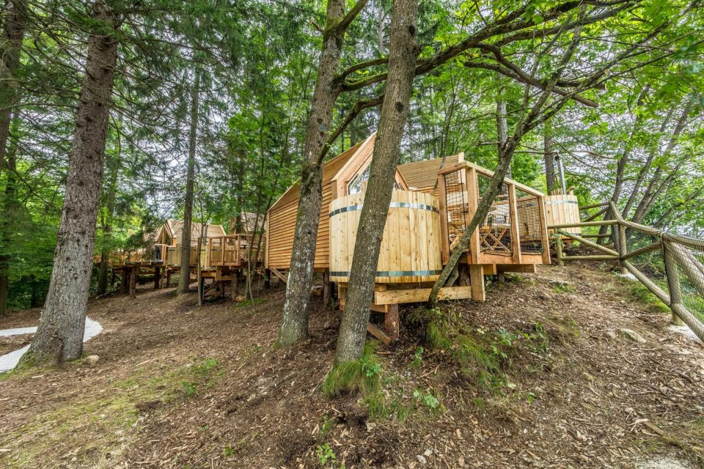 Bled glamping houses with bathtubs outside