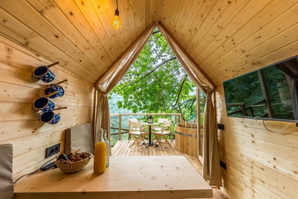 Bled glamping house with terrace and bathtub