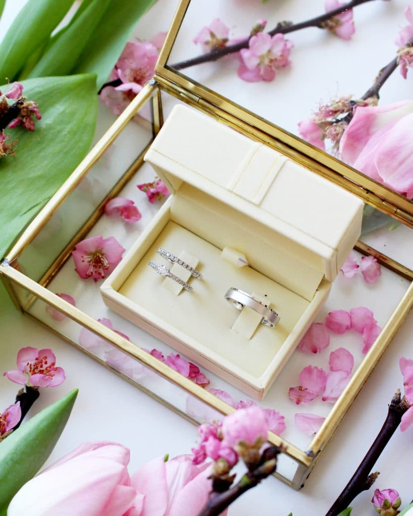 Wedding rings in white box with flower decoration, Zlatarna Sterle