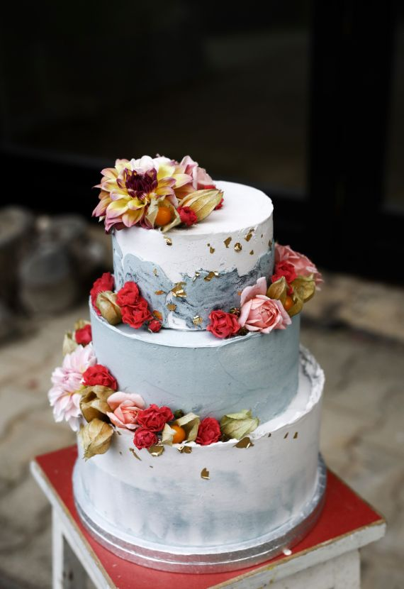 Wedding cake with decorated flowers.