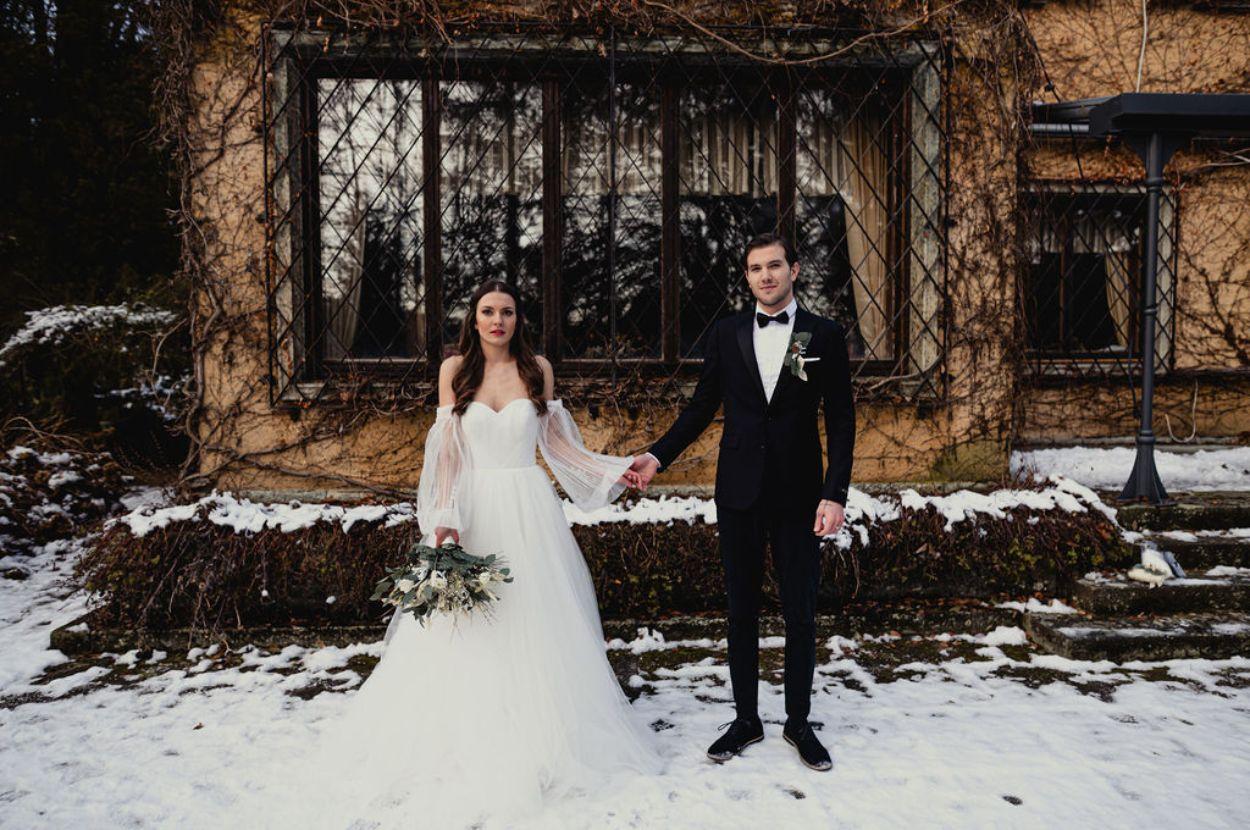 Bride and groom snow wedding.