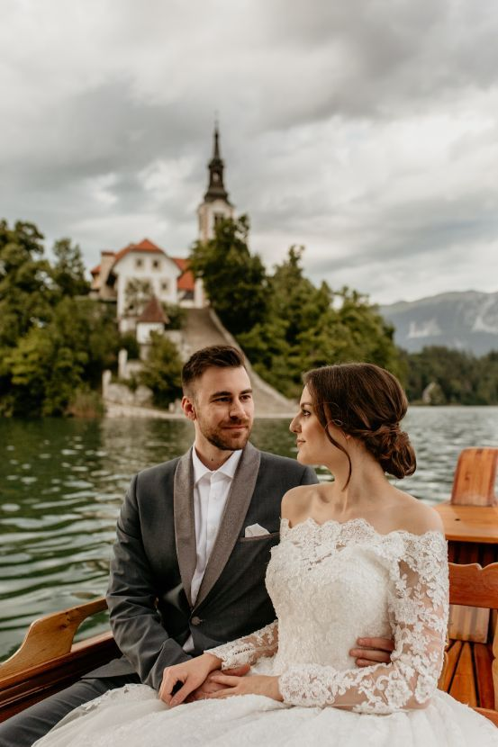 Wedding-couple-on-lake